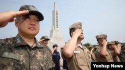 15일 경기도 평택 해군 제2함대사령부에서 열린 제1연평해전 승전 16주년 기념식에서 장병들이 국기에 대한 경례를 하고 있다.
