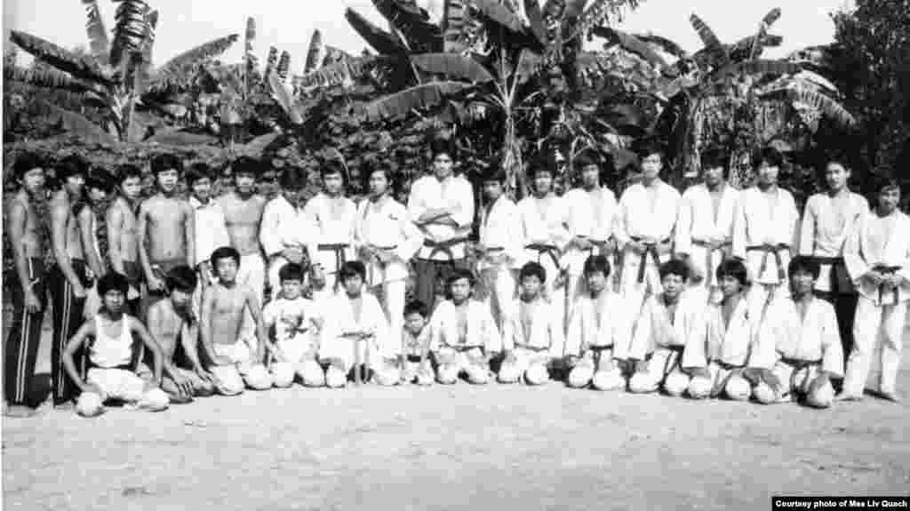 ក្នុងរូបថតនេះ អ្នកហាត់ការ៉ាតេមួយក្រុមដែលជាជនភៀសខ្លួនខ្មែរថតរូបជុំគ្នា នៅជំរំ Minh Tan 1 ឬជំរំ 979A ប្រទេសវៀតណាម កាលពីឆ្នាំ ១៩៨៥។ (រូបថតផ្តល់ឲ្យដោយលោក គួជ មាលីវ)
