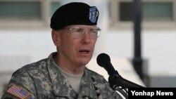 27일 한국 용산 주한미군사령부 나이트필드 연병장에서 열린 미8군 사령관 이취임식에서 버나드 샴포 신임 사령관이 취임사를 하고 있다.
