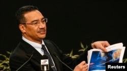 히샤무딘 후세인 말레이시아 국방장관 겸 교통장관 대행이 26일 브리핑에서 실종 여객기 수색 상황에 대해 설명하고 있다.