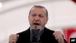 El presidente de Turquía Recep Tayyip Erdogan habla durante la ceremonia de apertura del Túnel Eurasia en Estambul. Diciembre 20, 2016.