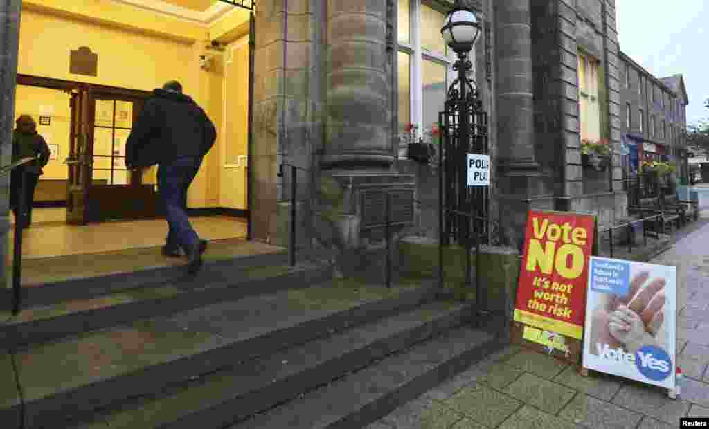 People arrive to cast their vote at Portobello Town Hall near Edinburgh, Scotland, Sept. 18, 2014.