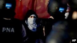 La policía detiene a los manifestantes que bloquean una calle durante una huelga general en las afueras de Buenos Aires, Argentina, el jueves 6 de abril de 2017.