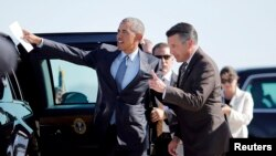 FILE - US President Barack Obama talks to Nevada Governor Brian Sandoval (R) in Las Vegas, Nevada, Aug. 24, 2015. Sandoval, a moderate Republican, bowed out of consideration for appointment to the Supreme Court.