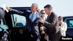 Tổng thống Barack Obama trao đổi với Thống đốc bang Nevada Governor Brian Sandoval (phải) tại Sân bay Quốc tế McCarran ở Las Vegas, Nevada, ngày 24/8/2015.