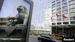 資料照:位於北京的中國證券監督管理委員會大樓附近一個廣告牌上的石獅子。