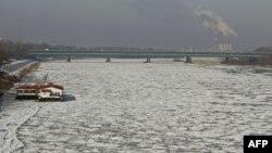 Nước sông Vistula, gần khu phố cổ của Warsaw của Ba Lan, đóng thành các tảng băng hôm 31/1/12