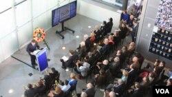 Ông Richard Engel phát biểu tại lễ tưởng niệm những nhà báo đã nằm xuống ở Bảo tàng Newseum