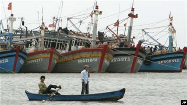 FILE - Vietnamese fishermen paddle their boat in Vung Tau, 125 kilometers (77 miles) southeast of Vietnam's Ho Chi Minh city.
