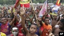 Pendukung Capres Francisco Guterres Lu-Olo dari Partai Fretilin meneriakkan slogan mereka di Becora (12/4).
