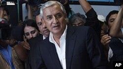 图为退役将军奥托.佩雷斯9月11日在危地马拉市投票