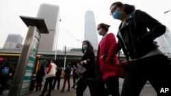 Warga China mengenakan masker di Beijing.