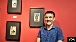 Amin Tashaa asal Afghanistan, mahasiswa S1 Seni Rupa ISI Yogyakarta memajang lukisan dalam ukuran kecil di atas naskah puisi kuno yg kini langka akibat konflik di Afghanistan. (Foto: VOA/Munarsih Sahana)