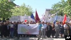 """科索沃的工人举行纪念""""五一国际劳动节""""的活动"""