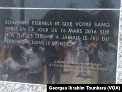 Stèle érigée en hommage aux victimes sur le lieu de l'attaque, à Grand Bassam, le 13 mars 2017. (VOA/Georges Ibrahim Tounkara)