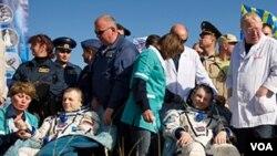 Los equipos de recuperación rusos estaban a mano para ayudar a la tripulación de salir de la nave Soyuz y ajustarse a la gravedad.