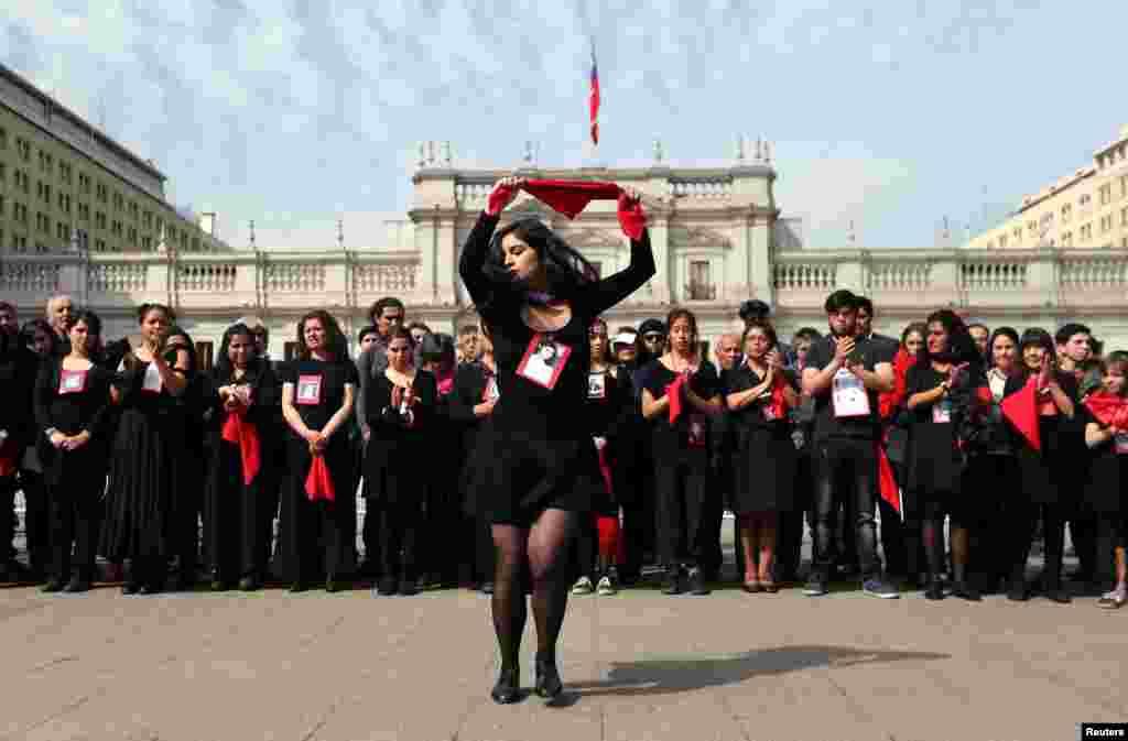 رقصیدن یک خانم مقابل ساختمان دولتی در مراسم چهل و پنجمین سالگرد کودتای شیلی که در سانتیاگو پایتخت شیلی برگزار شد.