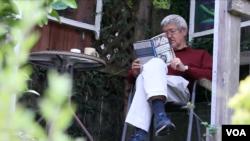 تمیم انصاری، نویسندۀ امریکایی افغان تبار از سال ١٩٦۴ در ایالات متحده زندگی میکند و تاکنون بیش از ٢٠ کتاب نوشته کرده است.