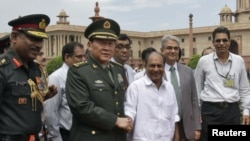 China's Defense Minister General Liang Guanglie shakes hands with his Indian counterpart A. K. Antony (3rd R) after their meeting in New Delhi, September 4, 2012.