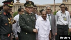 2012年9月4日中国国防部长梁光烈在新德里与印度国防部长安东尼握手 (资料照片)