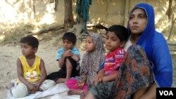 (រូបថតខែវិច្ឆិកា ឆ្នាំ២០១៦) ដើម្បីអាចរត់គេចពីអំពើហិង្សាក្នុងរដ្ឋ Rakhine អំឡុងពេលមានការបង្រ្កាបដោយក្រុមយោធា ស្រ្តីជនជាតិ Rohingya ឈ្មោះ Haresa Begum បានរត់ភៀសខ្លួនទៅប្រទេសបង់ក្លាដែសជាមួយកូនៗចំនួន៤នាក់ ដោយបានចាកចោលស្វាមីរបស់ខ្លួនក្នុងប្រទេសមីយ៉ាន់ម៉ា។