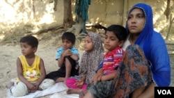 Pengungsi Rohingya, Haresa Begum (kanan) bersama empat anaknya, di tempat penampungan pengungsi Rohingnya di Cox's Bazar, Bangladesh (Foto: dok).