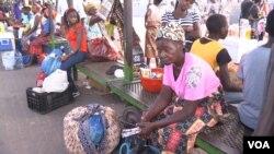 """Paragem de """"chapa"""" em Maputo, Moçambique. """"Chapa"""" é a designação dada aos transportadores semi-coletivos."""