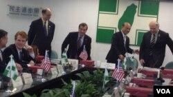 美众议院外交委员会一行于民进党总部,从左至右:肯尼迪、谢尔曼、罗伊斯、苏贞昌、夏波。(美国之音燕青拍摄)