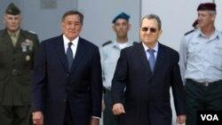 Menhan Israel, Ehud Barak (kedua dari kanan) berjalan bersama Menteri Pertahanan AS, Leon Panetta dalam kunjungannya ke pangkalan militer Israel 'Kirya' di Tel Aviv (3/10).