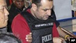 ນາຍ Atris Hussein, ຄົນສັນຊາດສະວີເດັນເຊື້ອສາຍ ເລບານອນ ທີ່ຖືກເຈົ້າໜ້າທີ່ໄທຈັບກຸມ ທີ່ບາງກອອກ. ວັນທີ 17 ມັງກອນ 2012.