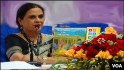 کراچی: صحت کی کہانی کی مصنفہ عامرہ اسلم کتاب دکھاتے ہوئے