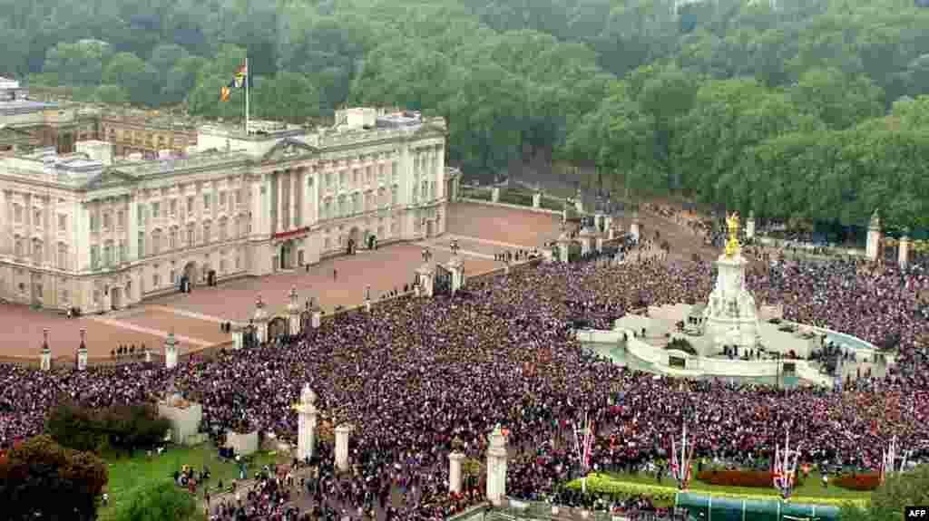 The crowd stands in front of Buckingham Palace. (AP Photo/APTN)