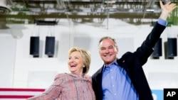 Mgombea urais wa Democratic, Hillary Clinton akiwa na Seneta Tim Kaine katika moja ya mikutano ya kampeni Julai 14, 2016.