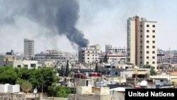 Dim se diže iznad granatiranih zgrada u Homsu