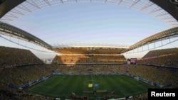 巴西队和克罗地亚队的球员在举行世界杯首场比赛前进入体育场