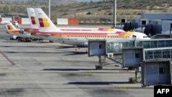 ພວກເຮືອບິນຂອງສາຍການບິນ Iberia ຈອດຢູ່ເດີ່ນເຮືອບິນ Barajas ຂອງກຸງມາດຣິຕເນື່ອງຈາກການນັດຢຸດ ງານຂອງພວກນັກບິນ. ວັນທີ 10 ເມສາ 2012.