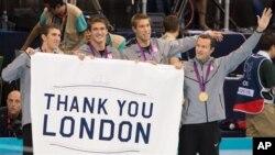 2012年8月4日菲尔普斯(左一)和获得4X100男子团体混合接力泳赛金牌的其他团员领取金牌后