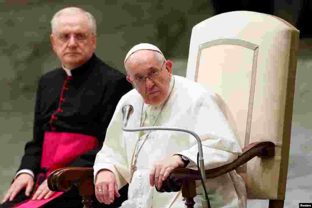 Papa Fransis Vatikanda həftəlik ümumi auditoriyanı izləyir