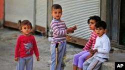 Anak-anak pengungsi Suriah bermain di kota Gaziantep, Turki, Mei 2016. (AP/Lefteris Pitarakis)