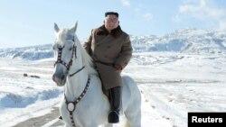 김정은 북한 국무위원장이 백마를 타고 백두산에 올랐다며 북한 '조선중앙통신'이 16일 사진을 공개했다.