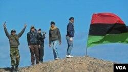 Pasukan pemberontak di dekat Brega, tak jauh dari Ras Lanuf. Pasukan pro-Gaddafi berhasil merebut kembali Ras Lanuf dari tangan pemberontak, Kamis (10/3).