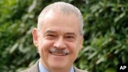 Miguel Basáñez.