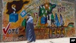 2014年6月13日,坎大哈城內一面牆上寫滿鼓勵民眾前往投票的標語.