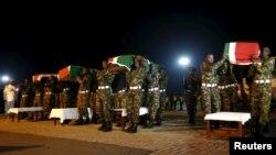 Les membres des Forces de Défense du Kenya portent les cercueils de leurs camarades qui servent dans la Mission de l'Union africaine en Somalie (AMISOM), qui ont été tués lors d'une attaque sur une base militaire dans l'ouest de la Somalie près de la frontière avec le Kenya par le groupe jihadiste el Shebab de la Somalie, 18 janvier 2016.