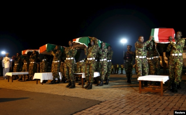 Members of the Kenya Defense Forces carry caskets of their comrades serving in the African Union Mission in Somalia (AMISOM), who were killed during an attack last week on a military base in the west of Somalia near the Kenyan border by Somalia's al-Shabab.