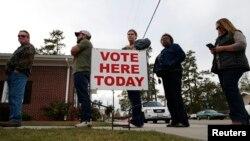 Des électeurs attendent à l'extérieur d'un bureau de vote, à Aynor, Caroline du Sud, le 8 novembre 2016.