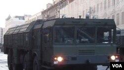 俄罗斯用伊斯康德尔导弹应对中国威胁。2014年5 月红场阅兵彩排时莫斯科市中心的伊斯康德尔导弹发射车(美国之音白桦拍摄)