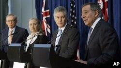 澳大利亞外交部長卡爾(左起)﹐美國國務卿克林頓﹐澳大利亞國防部長史密斯和美國國防部長帕內塔上星期在澳大利亞舉行年度會議後與媒體見面。