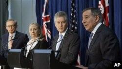 14일 호주 퍼스에서 기자회견을 가진, 왼쪽부터, 로버트 카 호주 외무, 힐러리 클린턴 미 국무, 스티븐 스미스 호주 국방, 리언 파네타 미 국방장관.