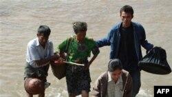Dân Miến Ðiện băng qua sông Moei đến thị trấn Mae Sot ở Thái Lan để tránh các trận giao tranh giữa quân đội và các chiến binh sắc tộc Karen